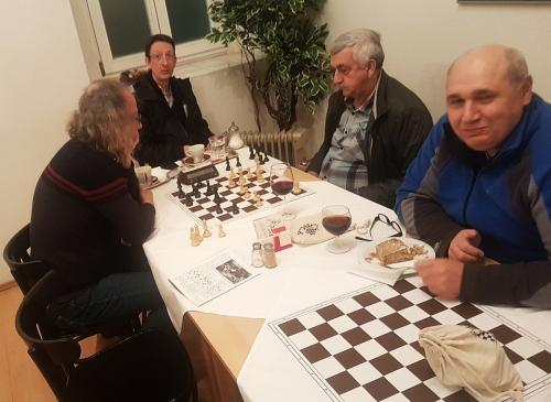 Christian Schreib spielt mit Slobodan Popovic, im Hintergrund Obmann-Stv. Reinhard Lendwai, vorne Obmann Harald Marschalek